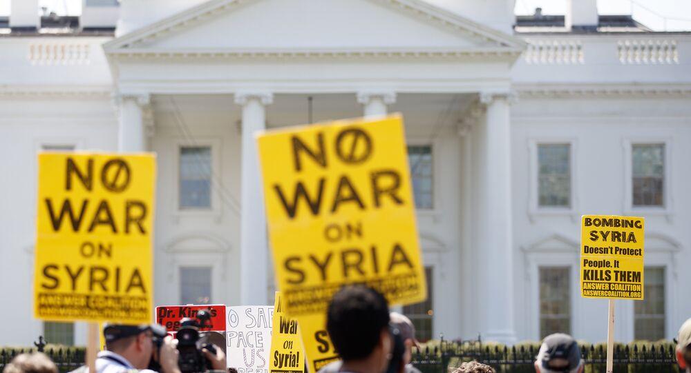 Beyaz Saray önünde ABD'nin Suriye'yi bombalamasını protesto eden eylemciler
