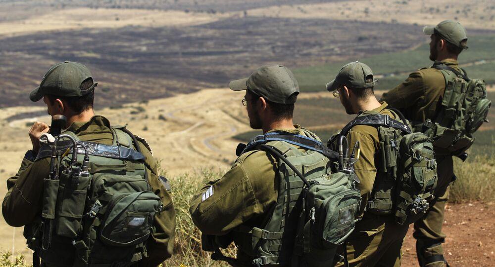 İsrail askerleri, Golan Tepesi'ndeki bir karargahtan Suriye'nin kontrolündeki Kuneytra'ya bakıyor.