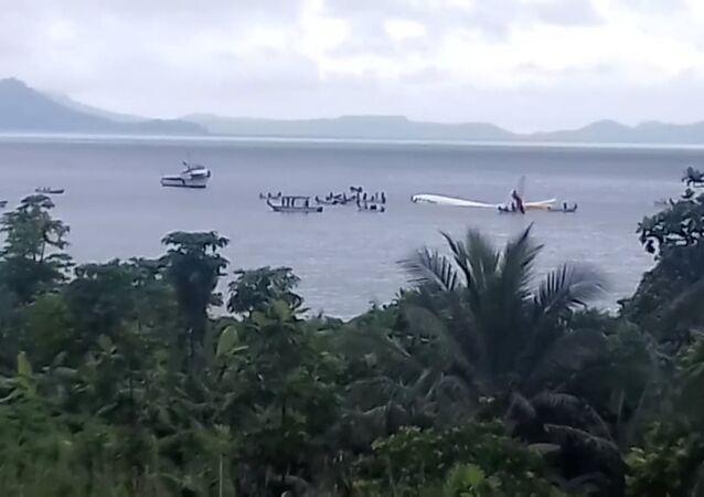 Mikronezya'da denize inen uçak