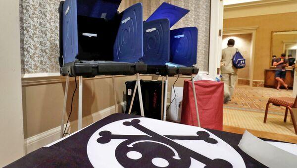 Dünyanın en büyük siber korsan (hacker) konferanslarından biri olan ve her yıl Las Vegas'ta düzenlenen DEF CON'da, bu yıl 'oylama köyü' kurularak elektronik oy verme sistemi sınandı. - Sputnik Türkiye