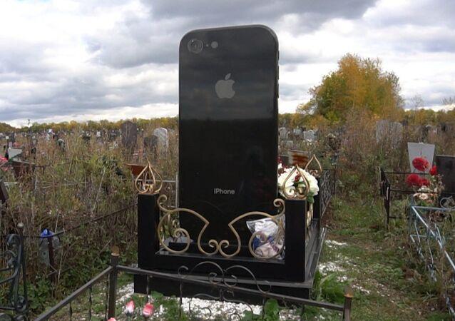 Rusya'da şaşkına çeviren iPhone şeklinde mezar taşı