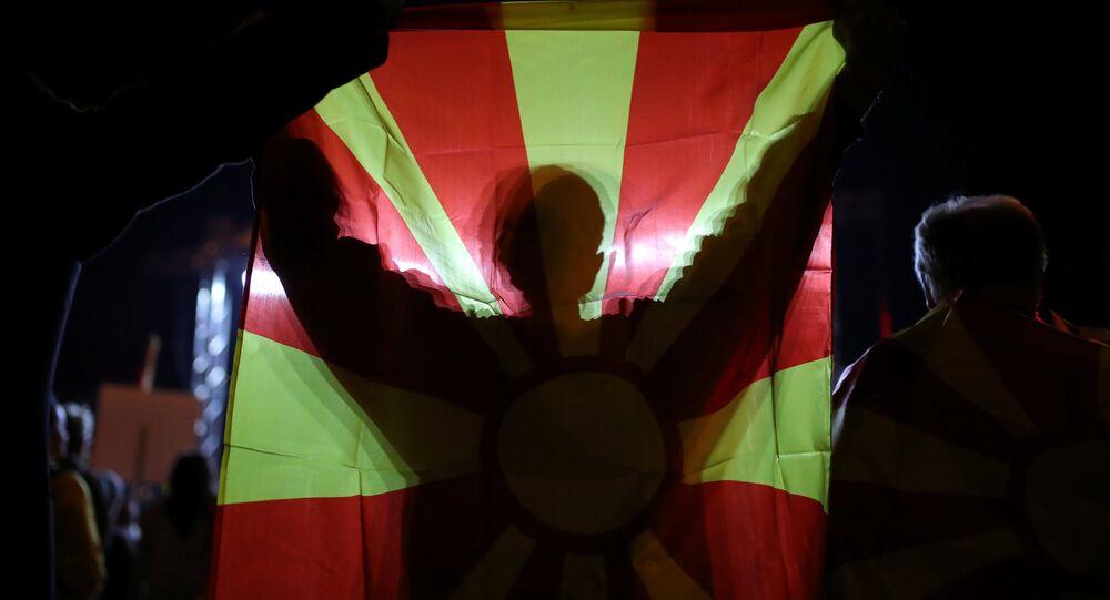 Makedonya'daki referandumun boykot edilmesi taraftarı olan göstericiler, yeterli katılımın sağlanamamasını kutluyor