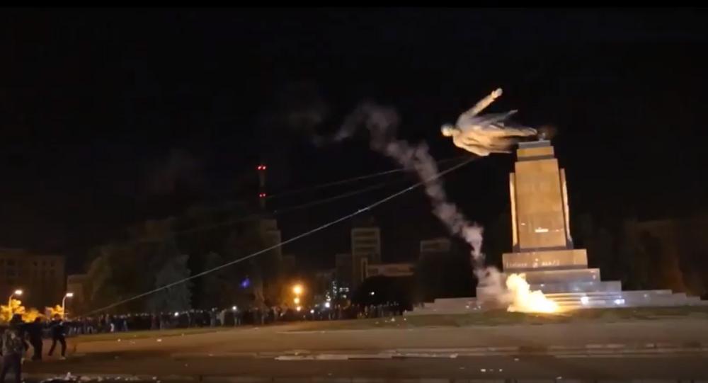 Uluslararası Af Örgütü'nün videosunda Lenin heykelinin faşistlerce yıkılma anı