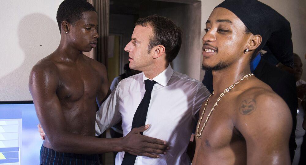 Fransa Cumhurbaşkanı Emmanuel Macron'un Karayipler'deki kasırgazede Saint Martin adasını ziyaretinde yerel halkla kaynaşması olay oldu.