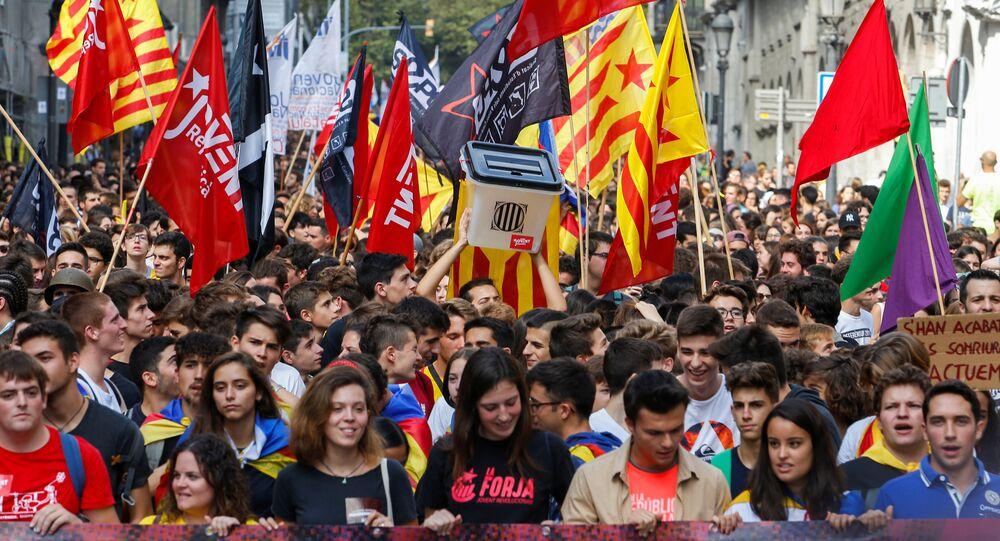 Katalan başkenti Barselona'da bağısızlık referandumunun yıldönümünde yürüyüş düzenleyen öğrenciler, referandumun simgesi oy sandıklarını elden ele dolaştırdı.