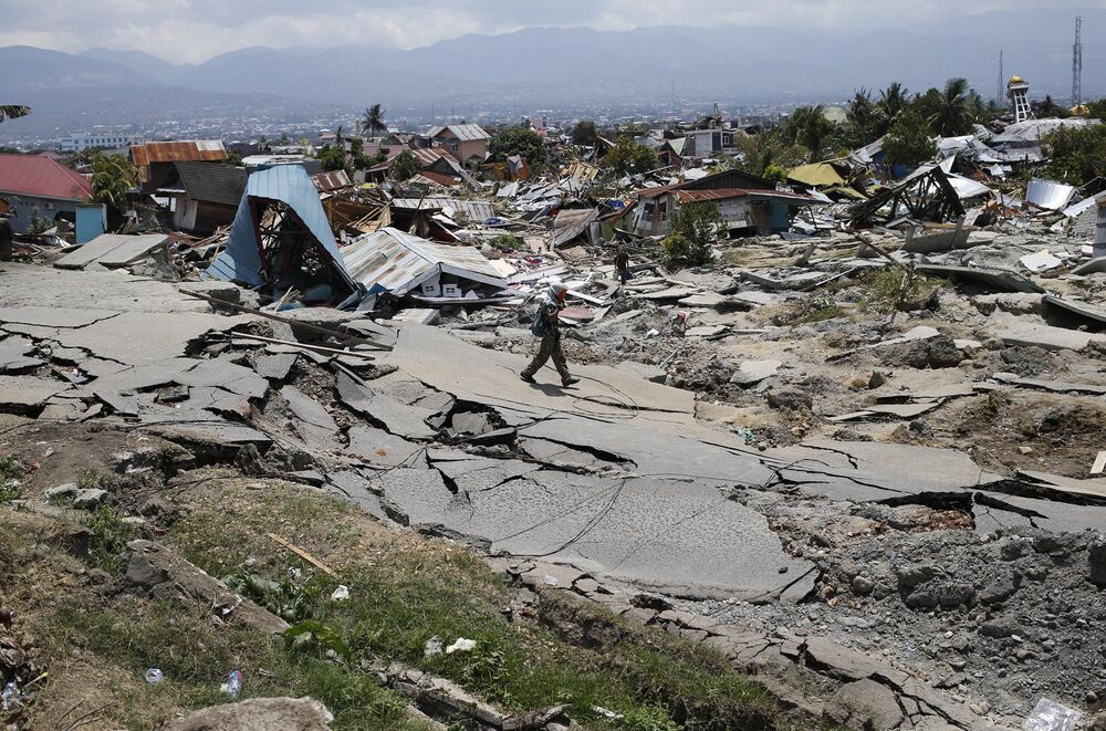 Endonezya Ulusal Afet Zararlarını Azaltma Ajansı (BNPB), Orta Sulawesi adasını vuran 7.5 büyüklüğündeki deprem ve ardından yaşanan tsunami faciasında ölenlerin sayısının 844'ten 1234'e yükseldiğini duyurdu. Cuma günkü depremin ardından boyları 6 metreye ulaşan tsunami dalgaları Orta Sulawesi'nin batı kıyısında bulunan küçük bir kent olan Palu'yu adeta savaş alanına çevirmişti. Yetkililer ölü sayısının artabileceğini zira hala ulaşılamayan bölgeler olduğunu belirtiyor.