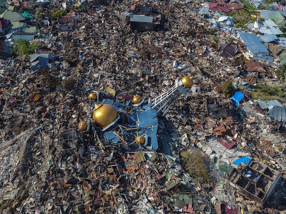 Ölenler arasında çamurların yuttuğu bir kilisenin enkazından cansız bedenleri çıkarılan 34 Endonezyalı öğrenci de bulunuyor.  Öğrencilerin Jonooge Kilise Eğitim Merkezi'ndeki bir İncil kampına katılan 86 öğrenciden 34'ü olduğu, kayıp olduğu bildirilen 52 öğrencinin akıbetinin meçhul olduğu açıklandı.