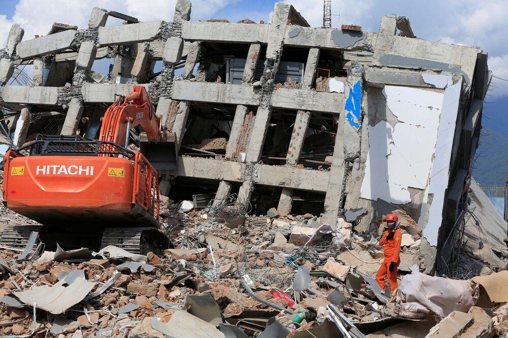 Palu'daki arama kurtarma görevlileri hala enkaz altındakileri kurtarabileceklerini umuyor. Çöken 7 katlı, 80 odalı Roa Roa Otel'in enkazı altından 3 kişi canlı olarak kurtarıldı. Otel yıkıldığı sırada binada 50 kadar kişi olduğu sanılıyor. 9 kişinin ise cansız bedeninin çıkarıldığı belirtildi. 250 milyon kişiden fazla insan yaşadığı, 17 bin adadan oluşan Endonezya, Büyük Okyanus'ta bulunan ve tektonik tabakaların çarpışması ile oluşan  'Pasifik Ateş Çemberi' adlı deprem ve volkan kuşağında yer alıyor. Dünyadaki bir çok volkan patlaması ve deprem bu kuşakta meydana geliyor.