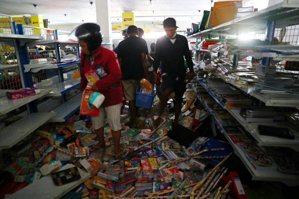 Ulusal polis şefi yardımcısı Ari Dono Sukmanto İlk 2 gün dükkanlar kapalıydı. İnsanlar açtı. Aşırı şekilde ihtiyaçları vardı. Bu sorun değildi. Ama ikinci gün sonunda gıda yardımı gelmeye başladı. Şimdi kanunları yeniden uyguluyoruz. ATM'ler var. Onlar açık. Çalan biri olursa, onu yakalar ve soruştururuz dedi.