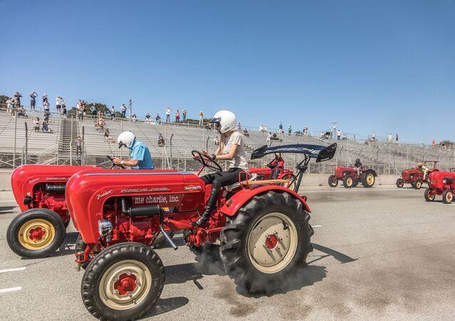 Mariya Şarapova traktör sürdü