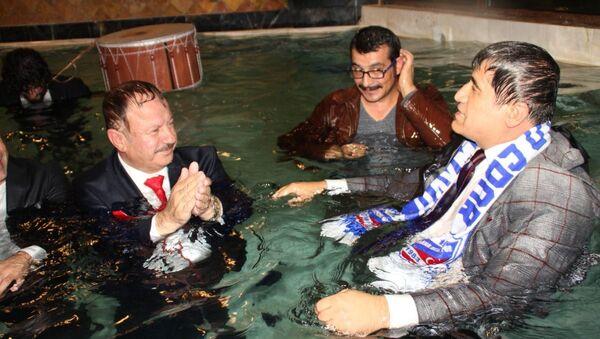 Haymana Belediye Başkanı, sanatçılarla birlikte kaplıcaya girdi - Sputnik Türkiye