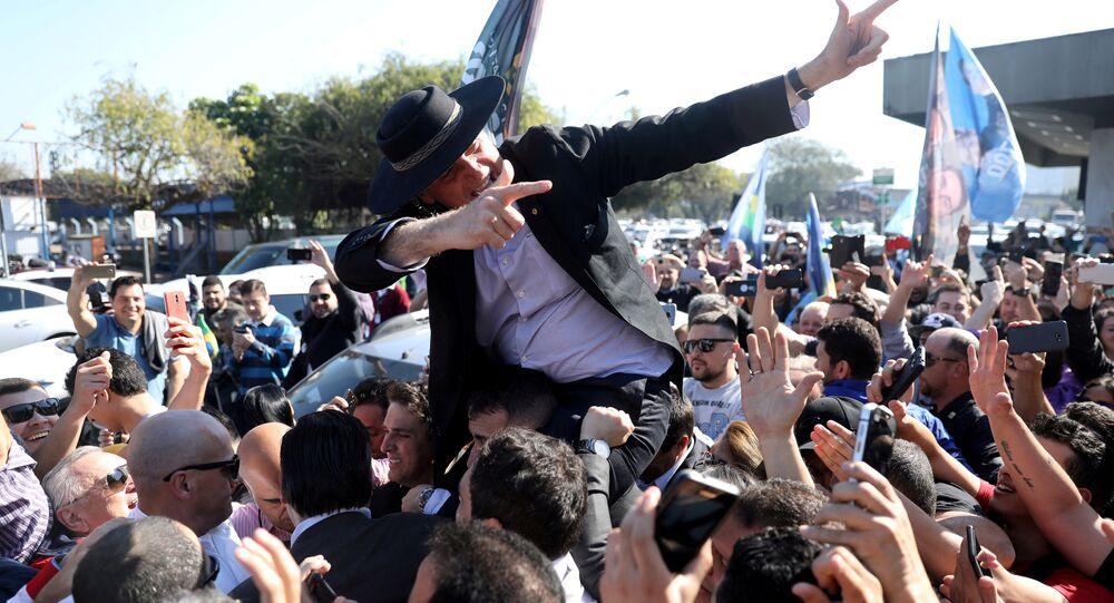 Jair Bolsonaro, Porto Alegre'de miting düzenlemek üzere indiği Salgado Filho Havaalanı'nda taraftarlarınca rock yıldızı gibi karşılanırken...