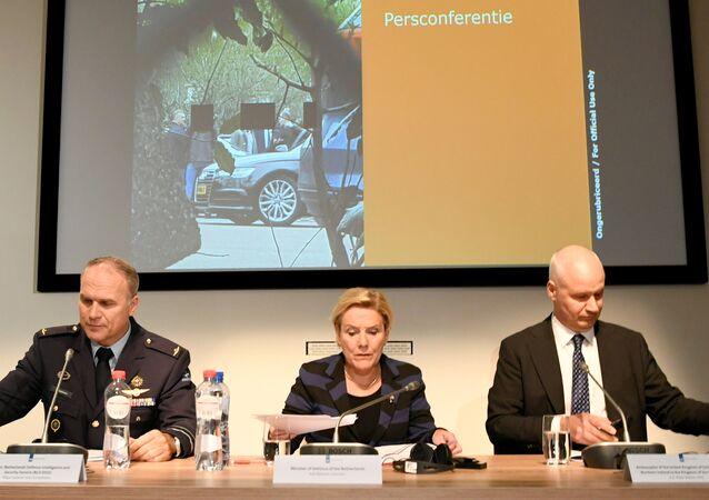 Hollanda Savunma Bakanı Ank Bijleveld, Genel İstihbarat ve Güvenlik Servisi Direktörü General Onno Eichelsheim ve İngiltere'nin Hollanda Büyükelçisi Peter Wilson