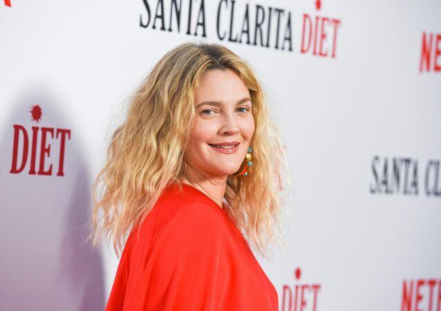 Drew Barrymore, rol aldığı Netflix'in korku-komedi dizisi 'Santa Clarita Diet'ın 2. sezon prömiyerinde