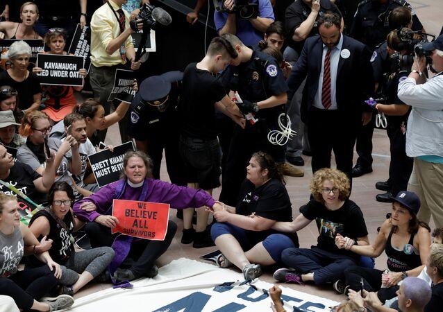 Trump'ın Yüksek Mahkeme adayı yargı. Brett Kavanaugh'u Washington'da protesto eden kadınların yüzlercesi gözaltına alındı