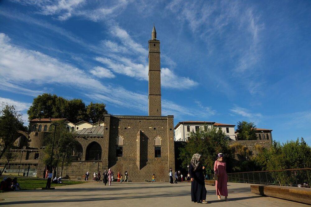 Diyarbakır'ın merkez Sur İlçesi'ndeki İç Kale'de bulunan Hz. Süleyman Camii ve '27 Şehit Sahabe Türbeleri'