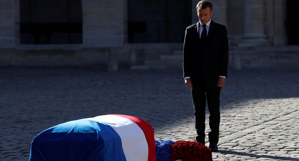 Resmi ulusal cenaze törenine evsahipliği yapan Cumhurbaşkanı Emmanuel Macron, Charles Aznavour'un tabutu başında saygı duurşunda bulundu.