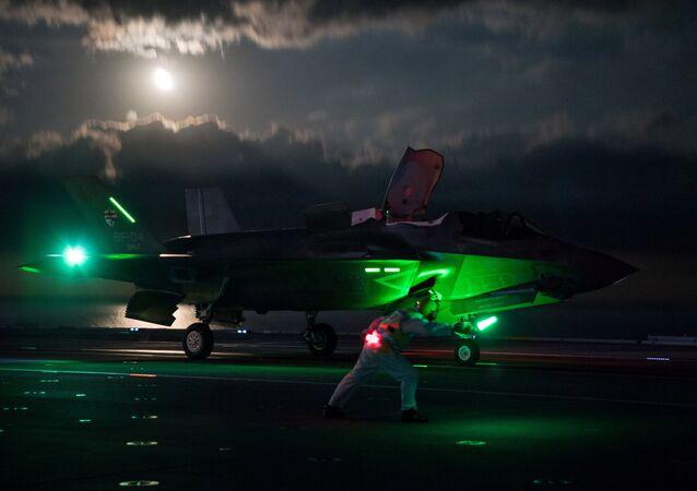 29 eylül 2018'de F-35 Lightning jetleri, İngiltere'nin en büyük savaş gemisi HMS Queen Elizabeth'den ilk gece uçuşu denemelerine başladı.