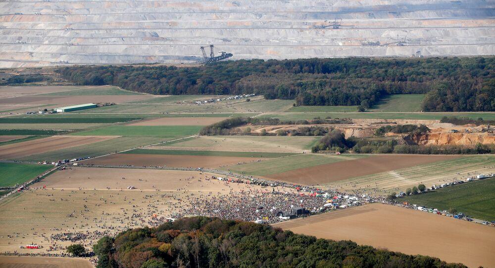 Almanya'da  50 bin çevreciden Hambach Ormanı'nı koruma eylemi