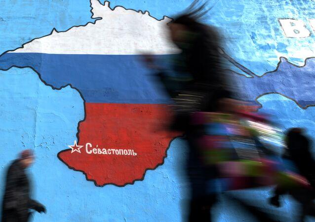 Rusya bayrağı renklerinde bir Kırım haritası