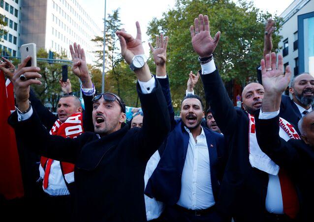 Erdoğan'ı Köln'deki DİTİB camisini ziyaretinde karşılayan taraftarları