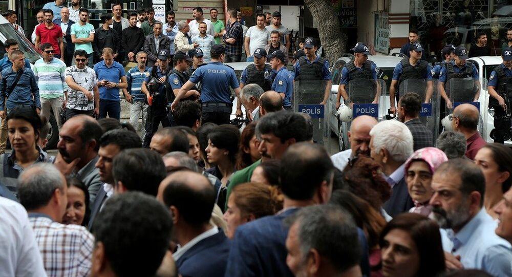 Diyarbakır'da HDP'den gözaltı protestosu