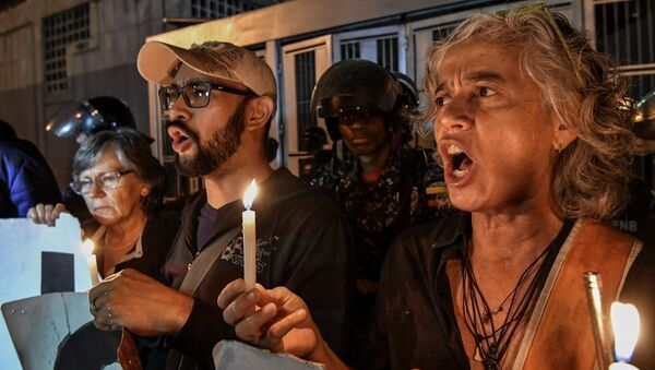 Venezüella cumhurbaşkanı Nicolas Maduro 'nun muhalifleri, Alban'ın intihar ettiği istihbarat servisi binasının önünde. - Sputnik Türkiye