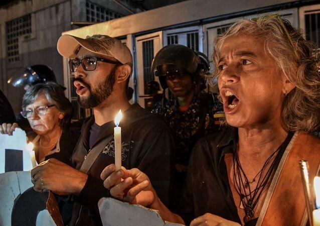 Venezüella cumhurbaşkanı Nicolas Maduro 'nun muhalifleri, Alban'ın intihar ettiği istihbarat servisi binasının önünde.