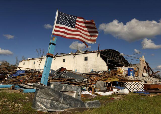 Michael Kasırgası'nın yıkıp geçtiği Florida'daki Panama City'de geriye sadece Amerikan bayrağı ayakta kaldı.