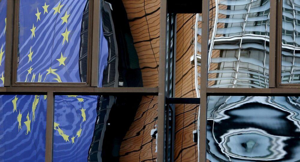 Brüksel'deki AB Konseyi binasının camlarına Avrupa Komisyonu binasının aksi vurunca