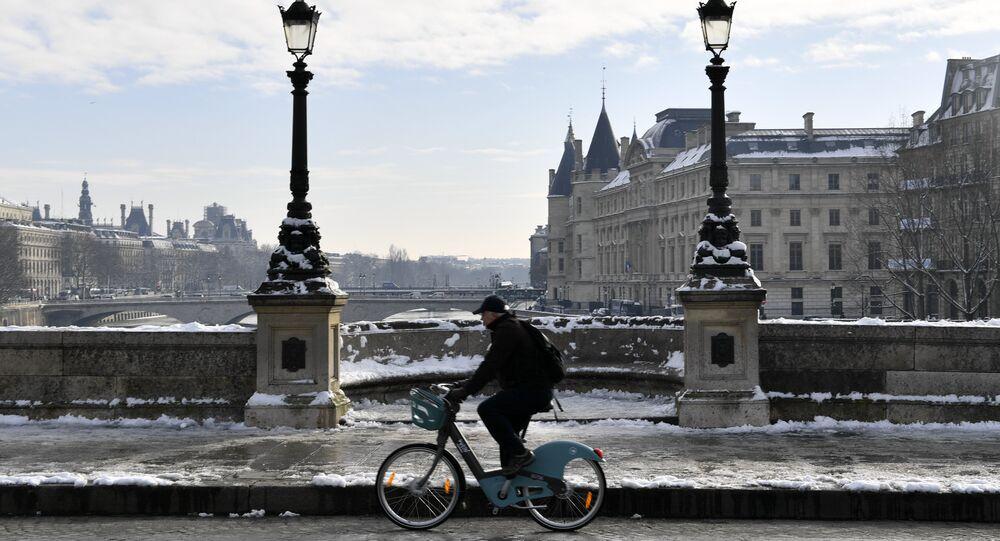 Paris'te bir bisikletli