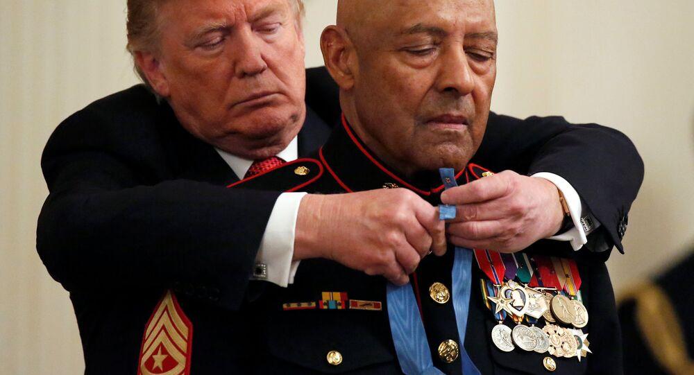 Donald Trump, Deniz Piyadeleri'nden emekli  kıdemli başçavuş John L. Canley'ye ABD Kongresi adına Başkan tarafından verilen Onur Madalyasını taktı.