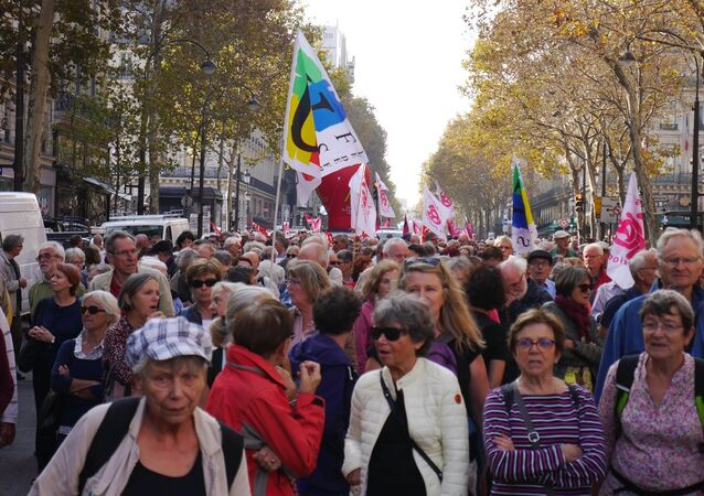 Fransa'da 9 sendika ve 6 derneğin çağrısıyla binlerce emekli, ülke genelinde protesto yürüyüşü düzenledi