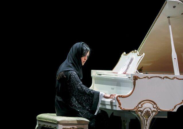 Suudi Arabistan'ın sahneye çıkma başarısını gösteren ilk kadın piyanisti