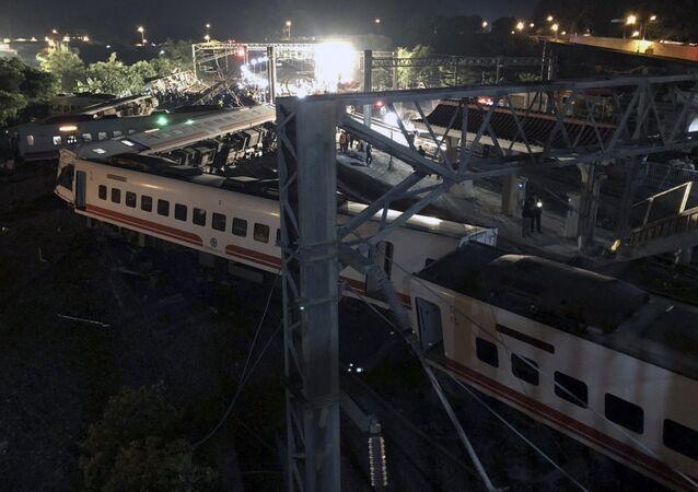 Tayvan'da yolcu treni raydan çıktı