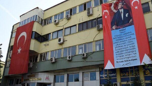 Isparta Belediyesi hizmet binasına asılan dev 'Atatürk' ve 'Andımız' pankartları - Sputnik Türkiye