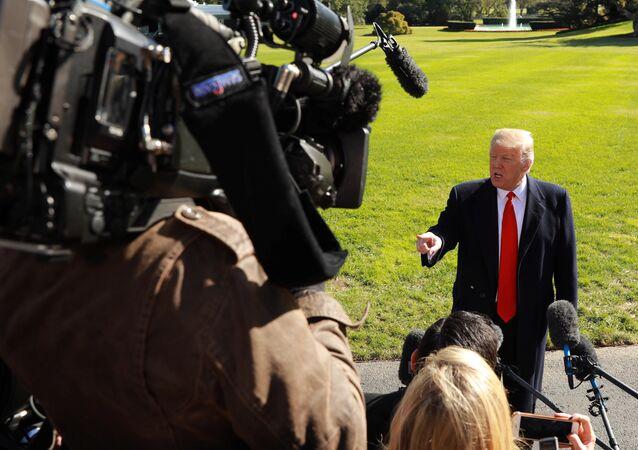 Donald Trump Beyaz Saray'dan çıkmadan evvel gazetecilere açıklama yapıyor.