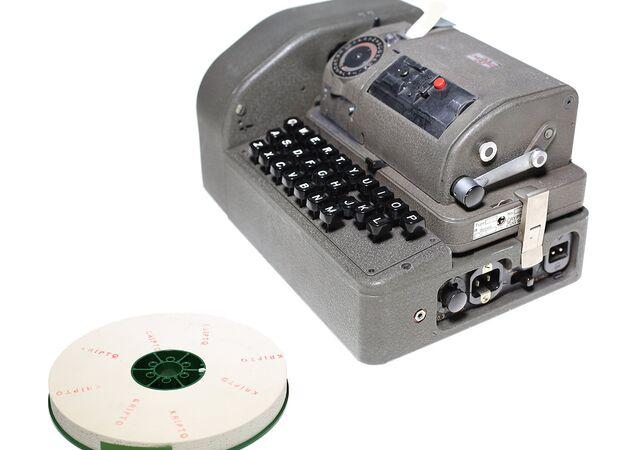 Hagelin Kripto Cihazı - Hedefe iletilmek istenen mesajı belirlenen algoritma çerçevesinde, makinenin kağıt bant üzerinde açtığı deliklerle kripto mesaj haline getirebilen bir cihaz. B-52 model klavye konsolu aracılığıyla yazılan 5 delikli şifre bantları, bir başka kripto cihazına aktarıldıktan sonra mesaj gönderilebilir duruma gelmektedir. Birden fazla kodlamanın kullanılmasıyla, mesajın yabancı istihbarat servisleri tarafından açılması (okunması) zorlaştırılmıştır. Hagelin C52 model şifreleme cihazı, Crypto AG firması tarafından 1951-1952 yıllarında İsviçre'de üretilmiştir. MİT tarafından haberleşmede kullanılmıştır
