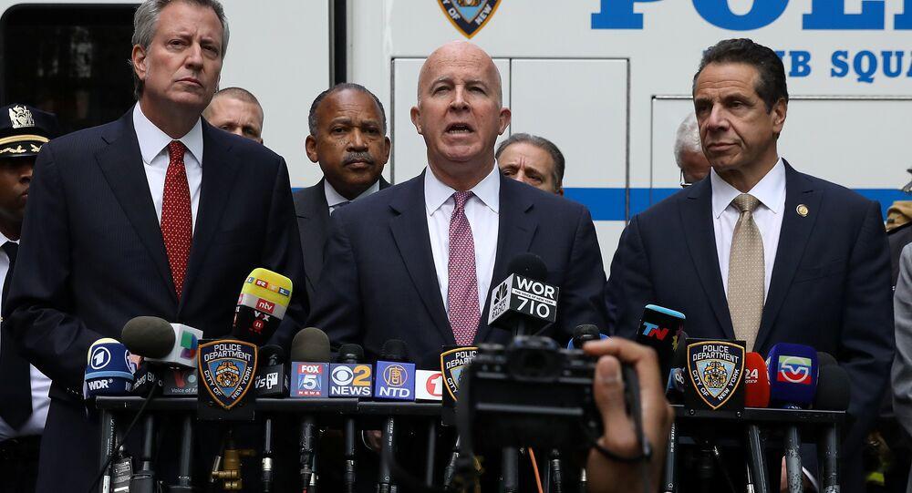 New York Valisi Andrew Cuomo, New York Belediye Başkanı Bill de Blasio ve New York Polis Komiseri James P. O'Neill