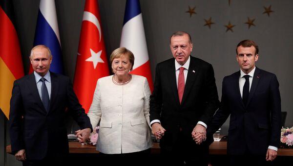 Dörtlü zirve sonrası Putin, Erdoğan, Merkel ve Macron el ele tutuştu - Sputnik Türkiye