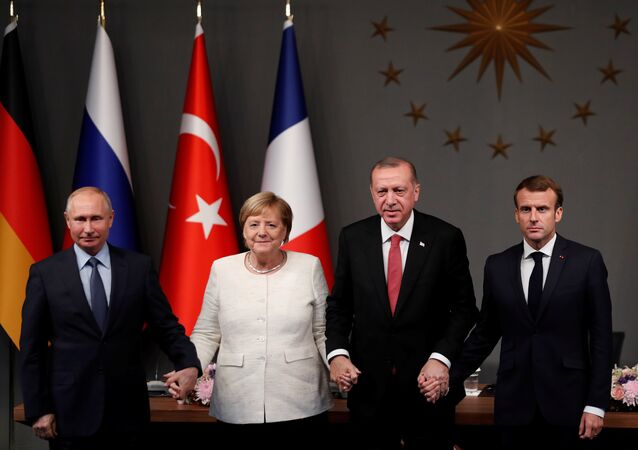 Dörtlü zirve sonrası Putin, Erdoğan, Merkel ve Macron el ele tutuştu