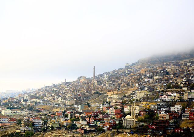 Mardin'de, tarihi evler ve sokaklara çöken sis güzel manzaralar açığa çıkardı.