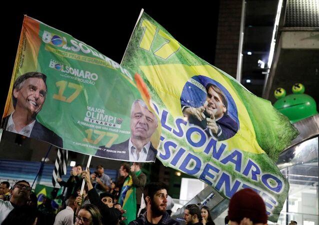 Berziliya Devlet Başkanlığı'na seçilen Sosyal Liberal Partinin (PSL) adayı aşırı sağcı Jair Bolsonaro'nun zafer kutlamaları yapıyor.