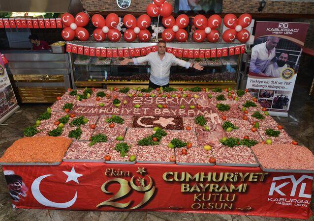 Adanalı kebapçı, etlerden Türk bayrağı yaptı