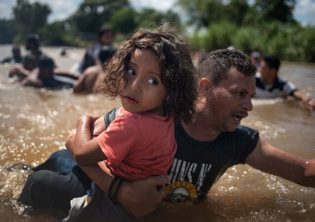 Orta Amerika'dan göçmenler, kafileler halinde Meksika'ya yöneliyor ve ABD'ye doğru ilerliyor. 29 Ekim 2018'de Suchiate Nehri'nin tehlikeki sularından çocuklarıyla birlikte geçen göçmenler, Guatemala'dan Meksika'ya giriş yaptı.