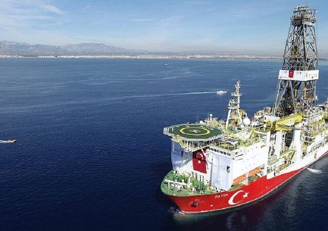 2011 Güney Kore yapımı Fatih sondaj gemisi, 12 bin 200 metre derinlikte çok yüksek basınç altında deniz sondajı yapabilme becerisine sahip.