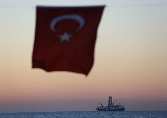 Fatih sondaj gemisi, Türk bayrağı
