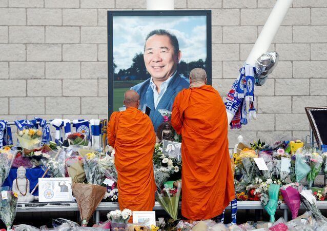 2010'da satın aldığı Leicester City'yi 2015'te ilk kez Premier Lig şampiyonluğuna taşıyan, ancak cumartesi günkü maçın ardından helikopter kazasında ölen Taylandlı Vichai Srivaddhanaprabha için kulüp stadında anma köşesi oluşturuldu.