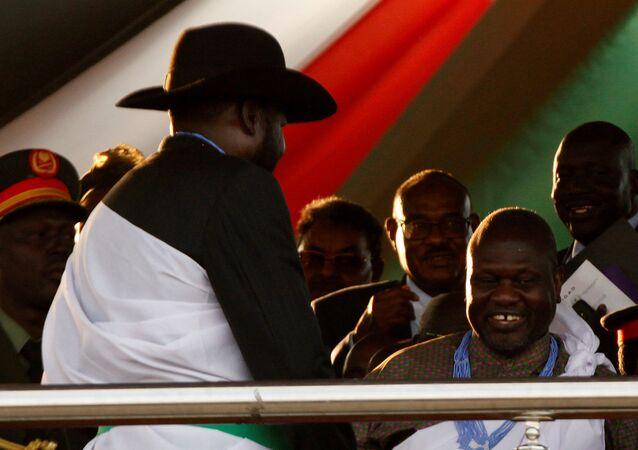 Güney Sudan'daki barış kutlamalarında Güney Sudan Devlet Başkanı Salva Kiir Mayardit ve Muhalif Sudan Halk Kurtuluş Hareketinin (SPLM-IO) lideri Riek Machar