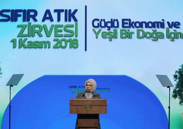 Türkiye Cumhurbaşkanı Recep Tayyip Erdoğan'ın eşi Emine Erdoğan, Beştepe Millet Kültür ve Kongre Merkezi'nde düzenlenen Sıfır Atık Zirvesi'ne katılarak konuşma yaptı.